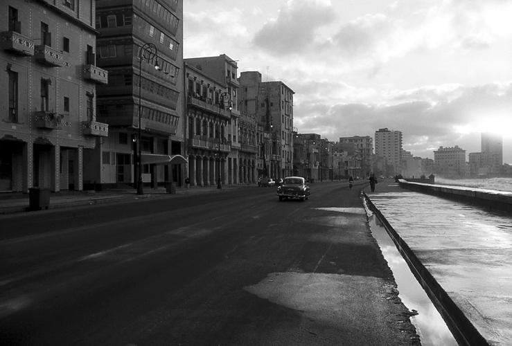 Cuba nel cuore, Un viaggio a Cuba, tra i cubani, 20 giorni girovagando per strada, assaporando l'essenza di un popolo orgoglioso della propria resistenza all'ingombrante vicino, un popolo inevitabilmente