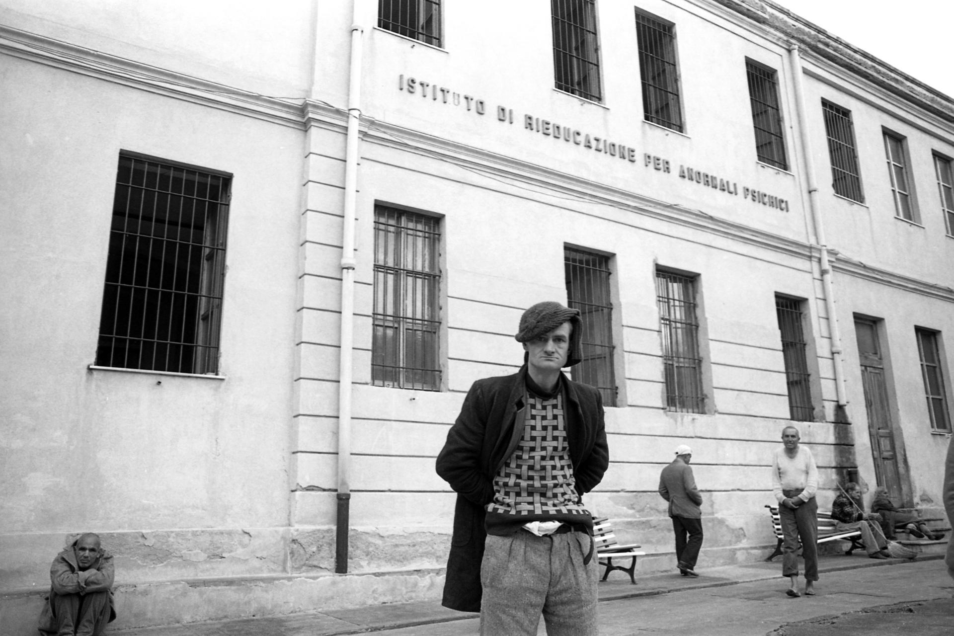 Prigionieri del silenzio - Viaggio nei manicomi calabresi, Il reportage sugli ex manicomi calabresi si compone di circa 1000 fotografie.