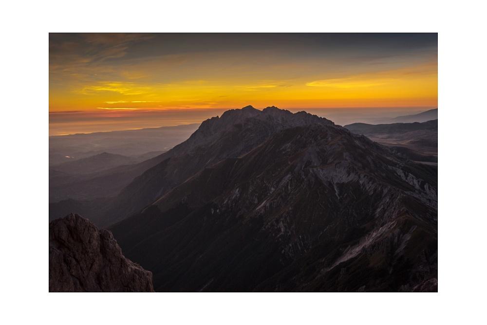 Crepuscolo mattuttino - Il sorgere del sole dal Bivacco Bafile 2.669 metri s.l.m. Parco Nazionale del Gran Sasso e MOnti della Laga  © 2019 www.lucaprosperophotographer.com