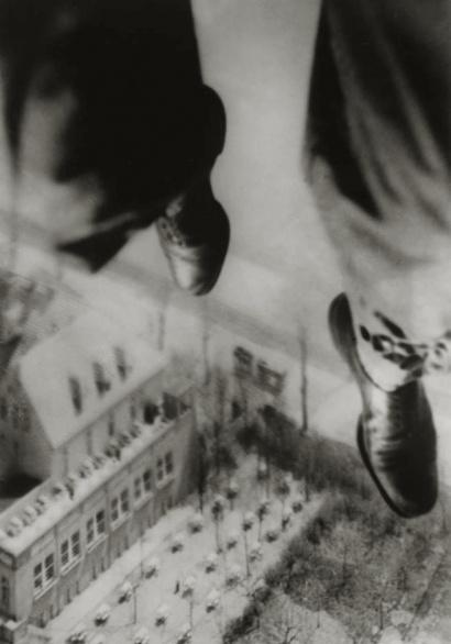 Willi Ruge: Sekunden vor der Landung (Ich fotografiere mich beim Absturz mit dem Fallschirm), 1931