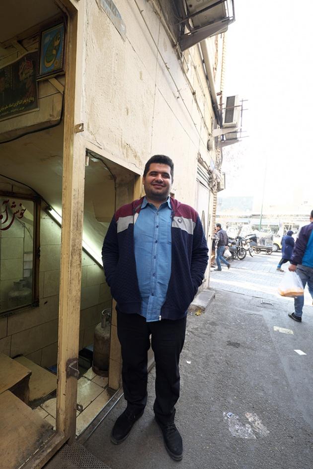 Tehran -  Ha aspettato che finissi di fare le foto dentro ad un locale e poi si è messo in posa, mi è stata sufficiente la simpatia dell'espressione