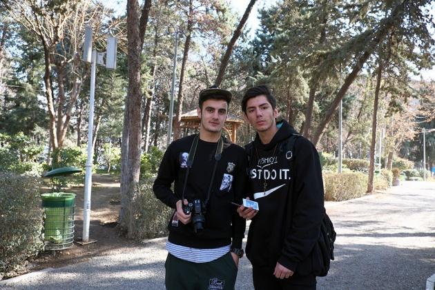 Tehran -  Due ragazzi appassionati di fotografia,( ce ne sono davvero tanti in giro ) ci siamo fotografati a vicenda, erano molto curiosi della mia instant (una si sta sviluppando proprio in quel momento)