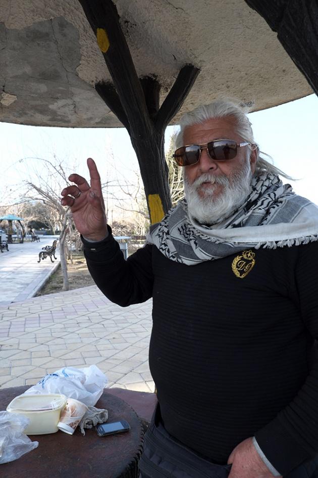 Tehran -  Una apparizione completamente fuori contesto, con il suo look assolutamente europeo, al mausoleo dove c'è la tomba di Komeini.  Stava mangiando in compagnia di un amico, si è alzato e mi ha invitato a mangiare qualcosa, gli ho detto che avevo appena mangiato (veramente) e quindi foto e via.