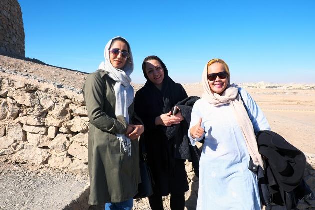 Yazd -  Essere fermato da donne non me lo aspettavo, anche se qualcuna mi aveva disinvoltamente parlato, anche in metro. Prima hanno fatto loro la foto a me, poi io a loro, e ciao.